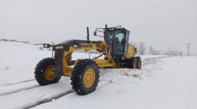 Kar yağışı 9 köy yolunu kapattı
