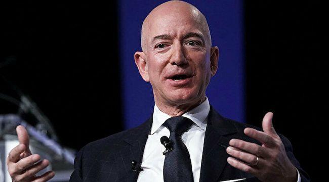 Dünyanın en zengin insanı Jeff Bezos uzay yolculuğunu başarıyla gerçekleştirdi
